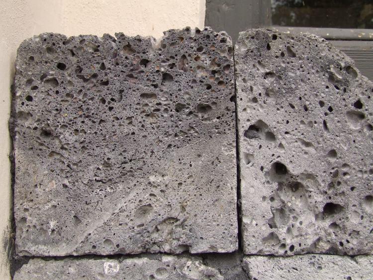 Schlackenstein, wie er oft in Gebäuden der Umgebung verbaut wurde